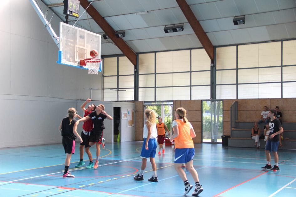 Jeunes jouant au basket ball