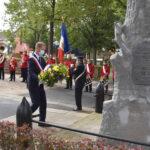 Dépôt de fleurs sur la sépulture de guerre par le maire