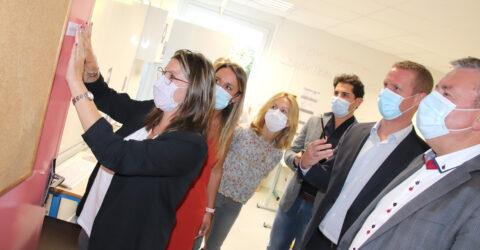 """Pose de la plaque """"Classe Sofia"""" en présence de monsieur le Maire et des partenaires"""