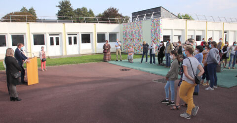 Elus gonfrevillais, enseignants et parents d'élèves réunis dans la cours d'école de Turgauville