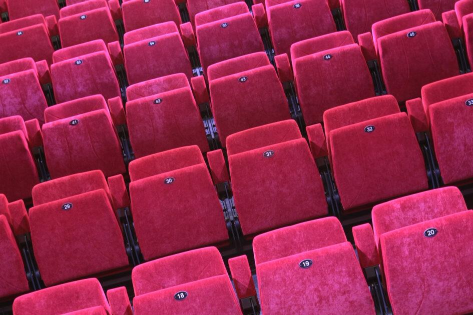 Alignement de sièges vides dans la salle de spectacle