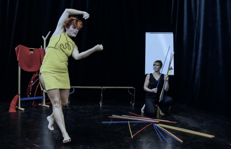 Deux danseuses avec des mikados colorés géants