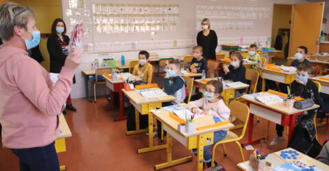 élèves dans une classe équipés de masques de protection