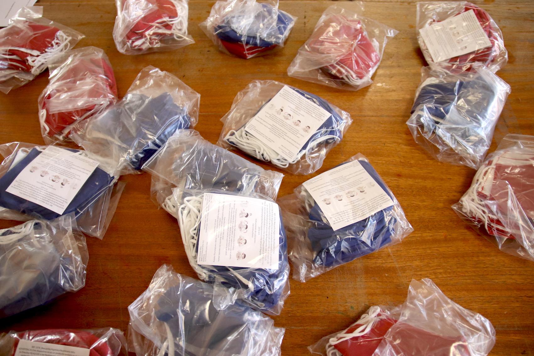 plusieurs paquets de masques de protection