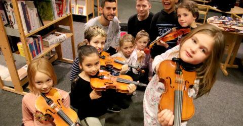 plusieurs enfants avec leur violon