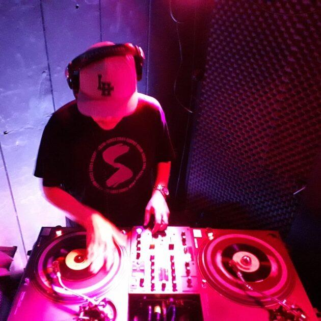 DJ mixant sur des platines
