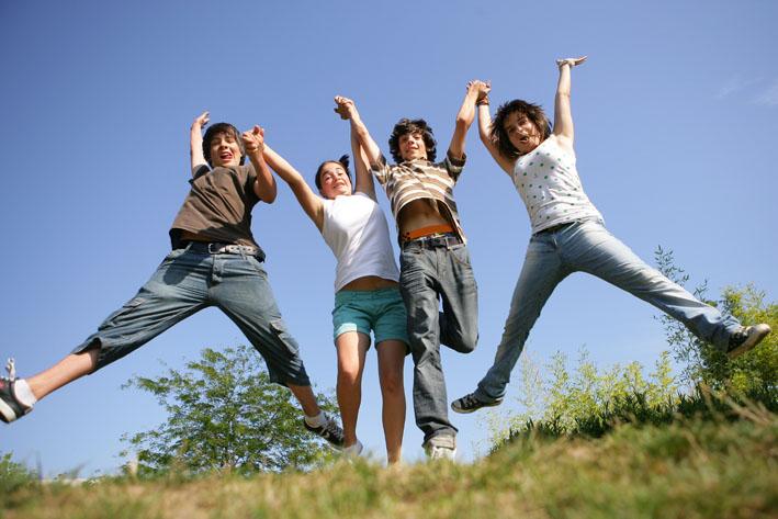 Quatre jeunes sautent en l'air