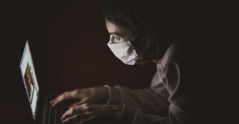 etudiant devant son ordinateur portable