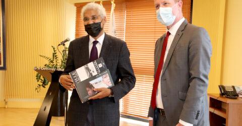 Mohamed Sidati, représentant en France de la République Arabe Sahraouie Démocratique et Alban Bruneau maire