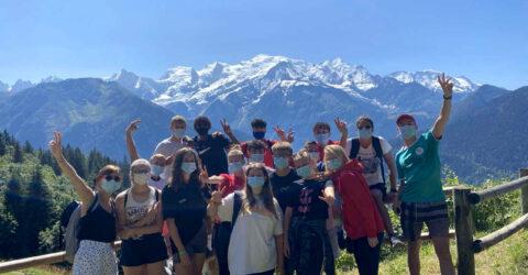 groupe de jeunes en vacances à la Montagne